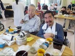 男性二人が笑顔で食事されています