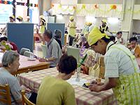 喫茶活動の画像です。食堂が喫茶店に変わっています。スタッフが店員さんをしています。