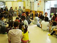 さいもんめ活動の画像です。ホールで子供さんとお母さんたちが歓談しています