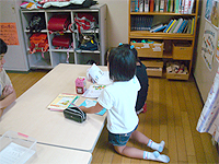 学童保育事業ドリームクラブの画像です。女の子が塗絵をしています。