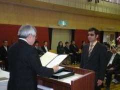 卒業式の画像です。卒業証書が手渡されています。