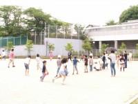 こどもまつりの画像です。子どもたちが運動場で元気に運動しています。