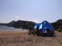 夏季旅行の画像です。海岸にテントを立てて海水浴です