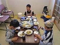 調理実習の画像です。スタッフと一緒に子どもさんが調理をしています。