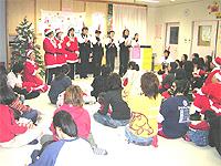 クリスマス会の画像です。サンタの格好をしたり歌を歌ったりしています。