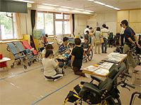 福祉機器展の画像です。車いすや介助用の器具を展示しています