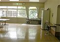 デイルームの画像です。床はフローリングです。約10メートル四方の広い部屋です。