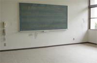 音楽室の画像です。大木な音楽用黒板が配置されています。