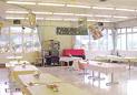 食堂の画像です。白い床と白い机でとても明るい部屋です。