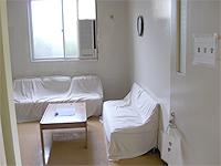 面会室の画像です。白い壁と白いソファで明るく話しやすい雰囲気になっています。