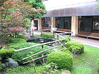 中庭の画像です。梅やツツジの植え込み、池があり、落ち着いた雰囲気の素敵な和風の庭です。