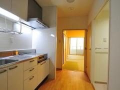居室1DKタイプの画像です。キッチンと奥に和室があります。清潔感あふれる部屋です。
