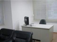 事務所の画像2枚目です。1卓の白色のオフィスデスクとチェアが配置されています。