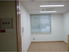静養室の画像です。白い壁と天井で清潔感があります。