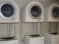 洗濯室の画像です。乾燥機と洗濯機が3台ならんでいます。