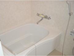 風呂の画像です。バスタブ、壁ともに白色で統一されています。
