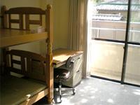 居室の画像です。2段ベッドと机と椅子が配置されています。