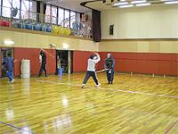体育室の模様です。バスケットボールコート2個分はあるのでかなり広いです。フローリングの床が光っています。