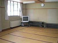 談話室の画像です。約20畳の広い和室です。隅にテレビが配置されています。
