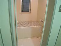 ユニットバスの画像です。バスタブとシャワーが配置されています。清潔感があります。