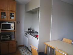 自立訓練室です。日常生活の訓練用に一般的なキッチンとリビングルームが配置されています。