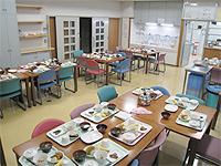 食堂の画像です。壁が白色で床も明るいベージュ色のため、明るい雰囲気です。