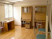学習室の画像です。木製の学習机が3卓あります。