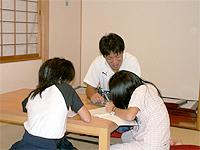 和室の画像です。畳敷きの明るい部屋です。女の子二人とスタッフが勉強をしています。