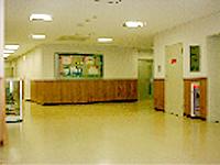 エントランスの画像です。広い面積に白い壁と天井、明るめのベージュの床があり、とても明るい雰囲気です。