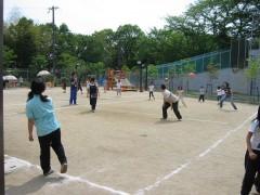 運動場の画像です。ドッジボールをされています。約テニスコート2面分の広さがあります。