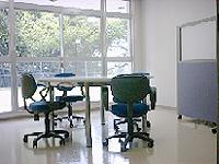 相談室の画像です。大きな窓から外の光が入り、明るく開放的な部屋です。
