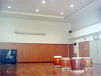 多目的ホールです。広くて明るいフローリング床のホールです。太鼓が並べられています。