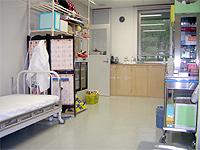 診療室と処置室の画像です。ベッドと各種器具、医薬品が並んでいます