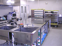 調理室の画像です。一般的な銀色の厨房施設が配置されています。