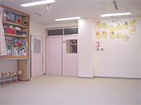 保育室の画像です。白が基本色の清潔な部屋です。