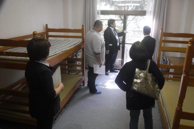 写真3 宿舎を見学する参加者の様子