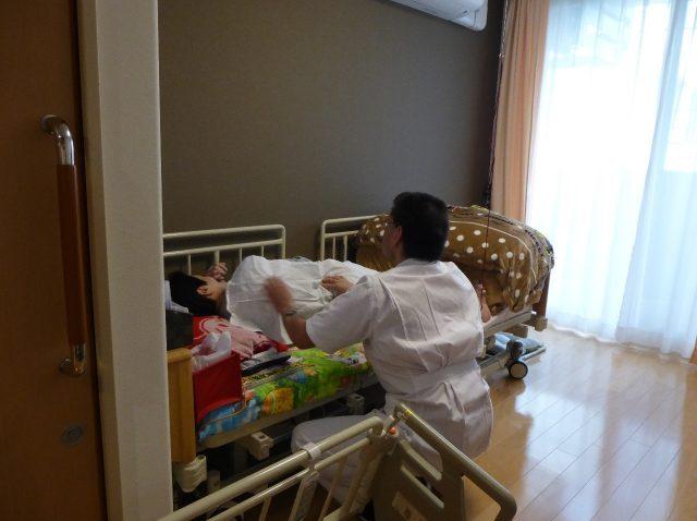 写真2 ベッドサイドでの施術の様子1