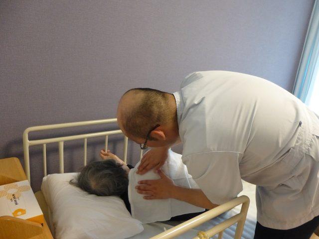 写真3 ベッドサイドでの施術の様子2