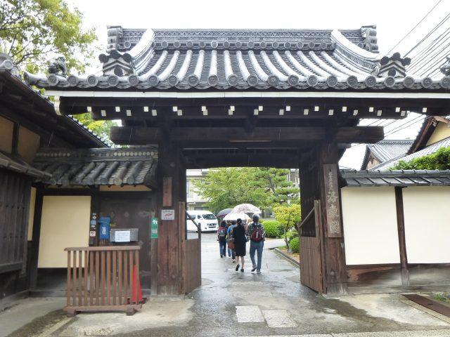 写真1 雨の門前
