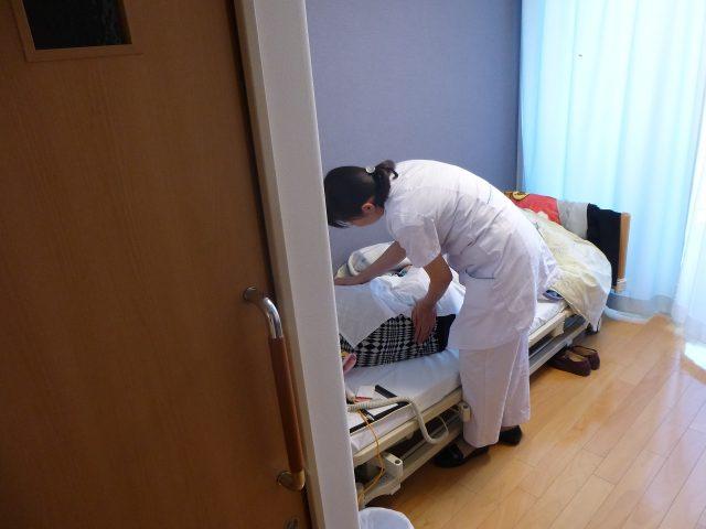 写真2 居室内での施術の様子