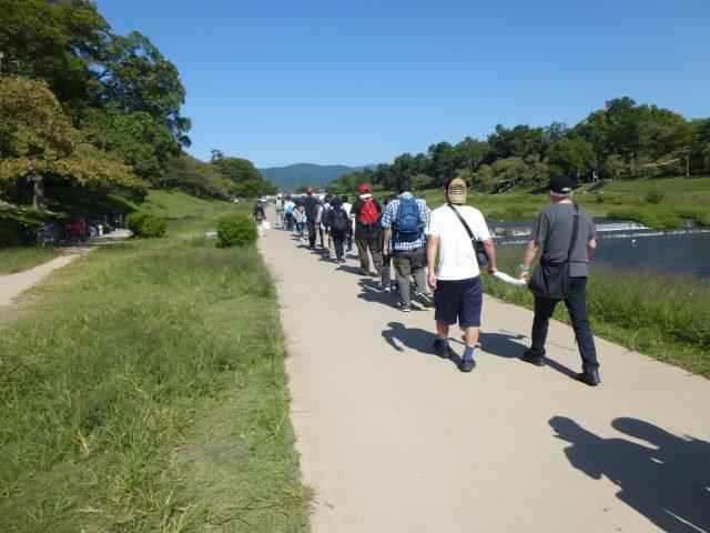 写真1 賀茂川沿いを植物園に向かう様子