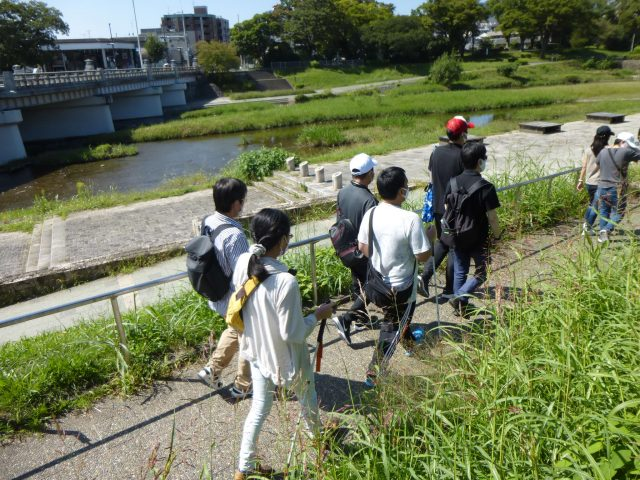 写真2 賀茂川沿いのスロープを行く様子