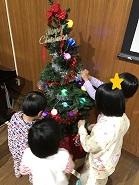 クリスマスツリーに飾り付けをしました🎄