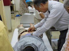 写真2 中髎穴への刺鍼の実演と実技指導の様子です