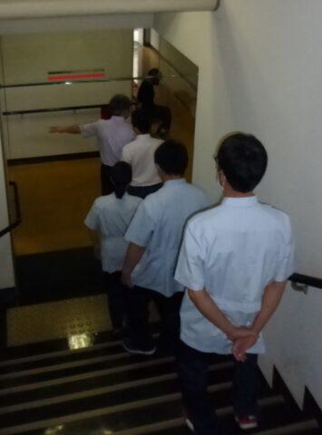 写真2 階段を使った避難の様子